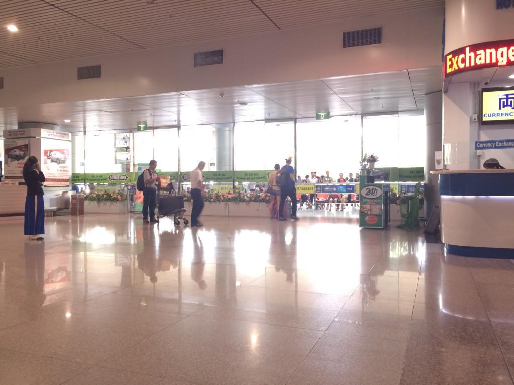 タンソンニャット国際空港 到着出口